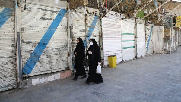 Женщины в защитных масках на улице в иранском городе Кум - Sputnik Тоҷикистон