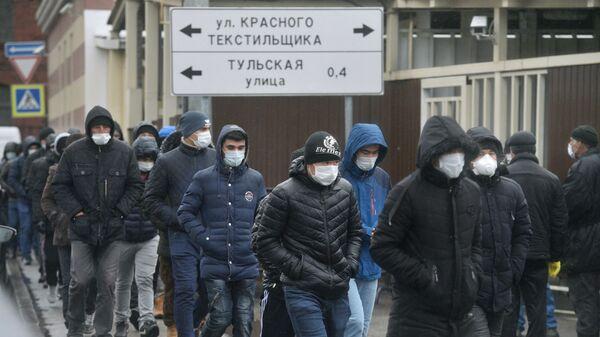 Мигранты у здания Управления Федеральной миграционной службы России - Sputnik Таджикистан