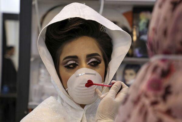 Палестинская невеста во время раскрашивания маски на свадебной церемонии на Западном берегу  - Sputnik Таджикистан