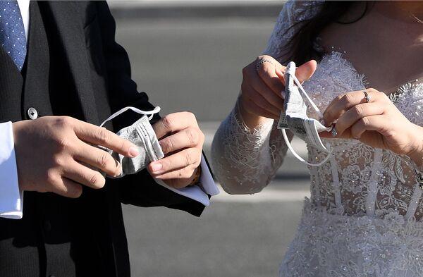 Вьетнамские туристы в свадебных нарядах в Париже  - Sputnik Таджикистан