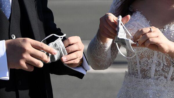 Вьетнамские туристы в свадебных нарядах в Париже  - Sputnik Тоҷикистон