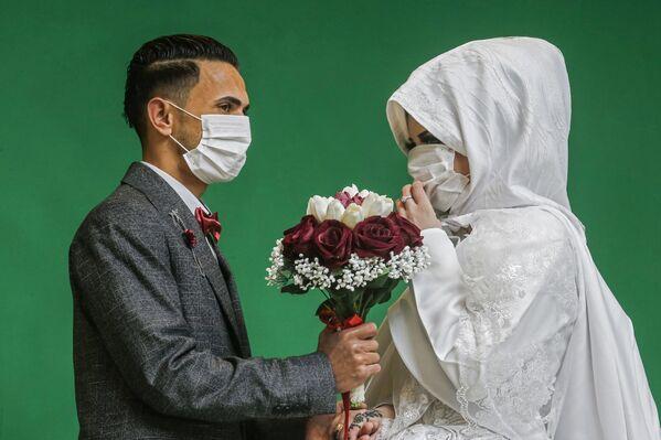 Молодожены во время свадебной фотосессии в Газе  - Sputnik Таджикистан