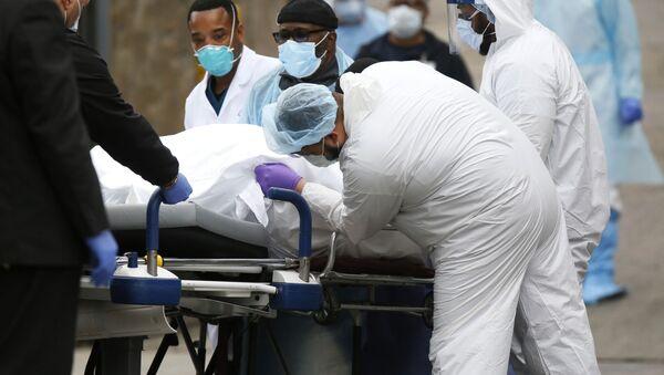 Медики перевозят умершего от коронавируса в больнице в Бруклине, Нью-Йорк - Sputnik Тоҷикистон
