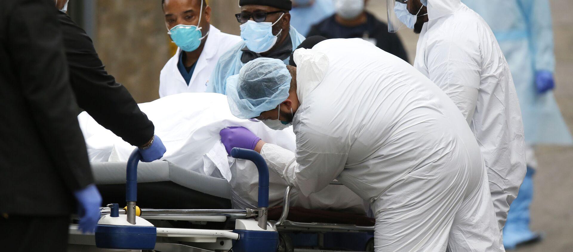 Медики перевозят умершего от коронавируса в больнице в Бруклине, Нью-Йорк - Sputnik Таджикистан, 1920, 03.01.2021