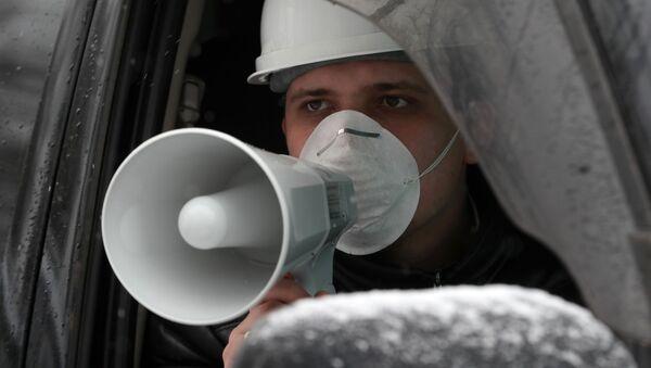 Сотрудник коммунальной службы объявляет в громкоговоритель о проводящейся дезинфекции на одной из улиц - Sputnik Тоҷикистон