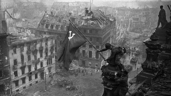 Знамя Победы на здании Рейхстага в Берлине - Sputnik Таджикистан