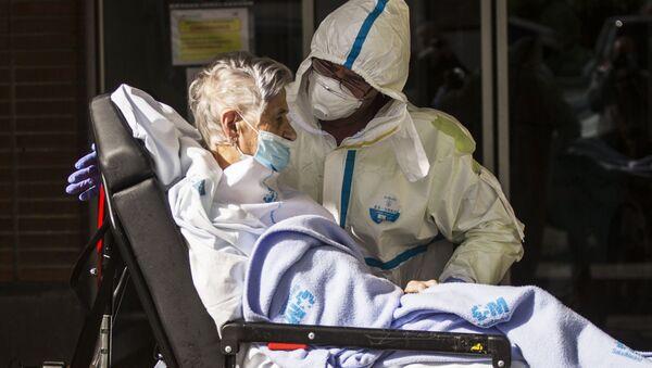 Медицинский работник доставляет пациента на каталке, архивное фото - Sputnik Тоҷикистон