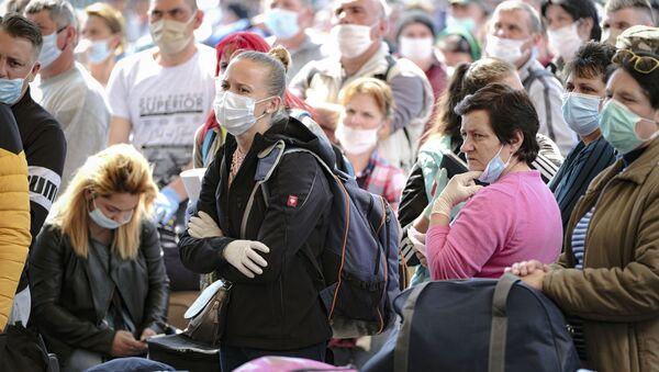 Люди ожидают в аэропорту рейса, архивное фото - Sputnik Тоҷикистон