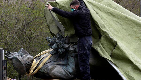 Демонтаж памятника маршалу Коневу в Праге - Sputnik Таджикистан