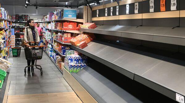 Пустые полки в супермаркете в Мадриде - Sputnik Таджикистан