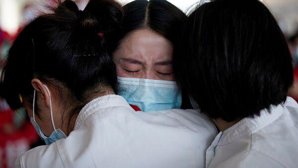Медицинские работники в международном аэропорту Ухань-Тяньхэ, Китай  - Sputnik Тоҷикистон