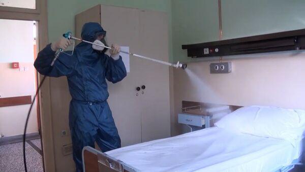 Российские военные продезинфицировали госпиталь в Сербии - YouTube - Sputnik Таджикистан