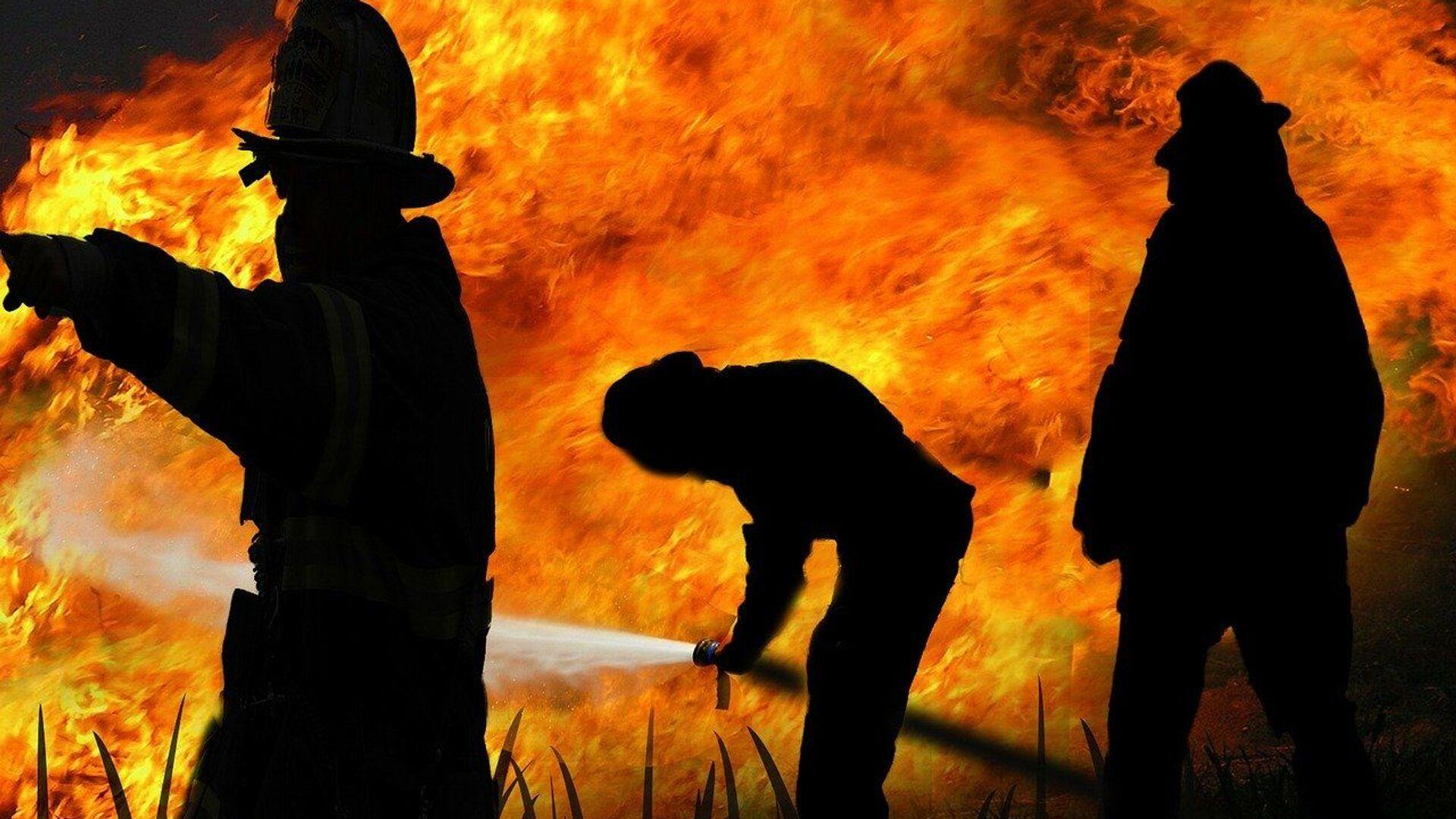 Пожарные тушат огонь, архивное фото - Sputnik Таджикистан, 1920, 01.09.2021