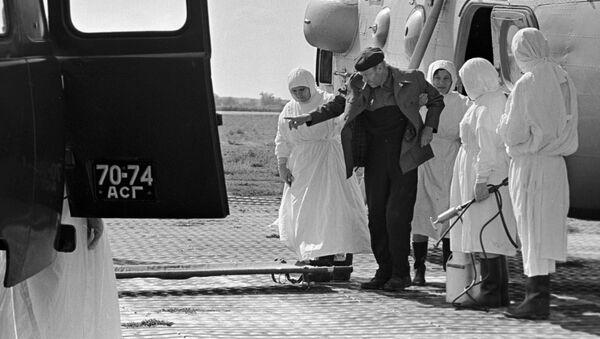 Отправка больного холерой в инфекционную больницу Астрахани, 1970 год - Sputnik Тоҷикистон