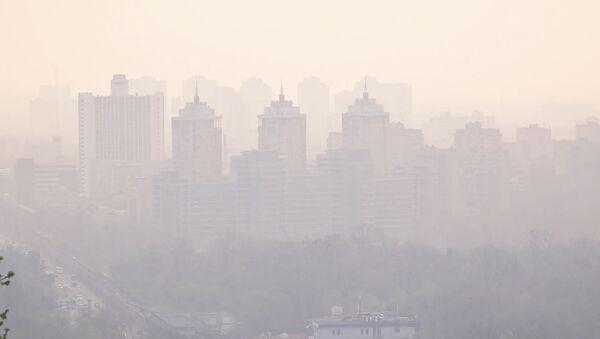 Киев в дыму. Город окутал смог из Чернобыльской зоны - Sputnik Таджикистан