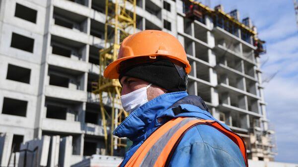 Рабочий в медицинской маске на строительстве - Sputnik Таджикистан