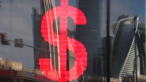 Табло с символикой доллара на обменном пункте - Sputnik Таджикистан
