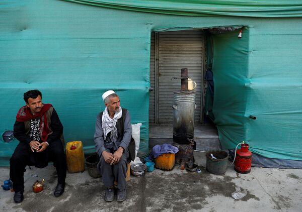 Мужчины у придорожного магазина в Кабуле, Афганистан - Sputnik Таджикистан