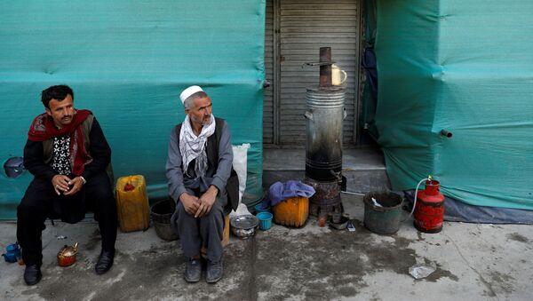 Мужчины у придорожного магазина в Кабуле, Афганистан - Sputnik Тоҷикистон