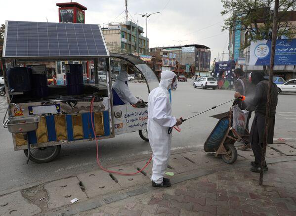 Дезинфекция прохожих на улицах Кабула, Афганистан - Sputnik Таджикистан