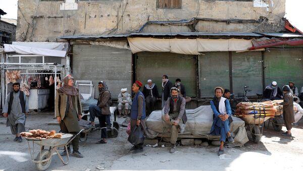 Рабочие на фоне закрытого из-за коронавируса рынка в Кабуле, Афганистан - Sputnik Таджикистан