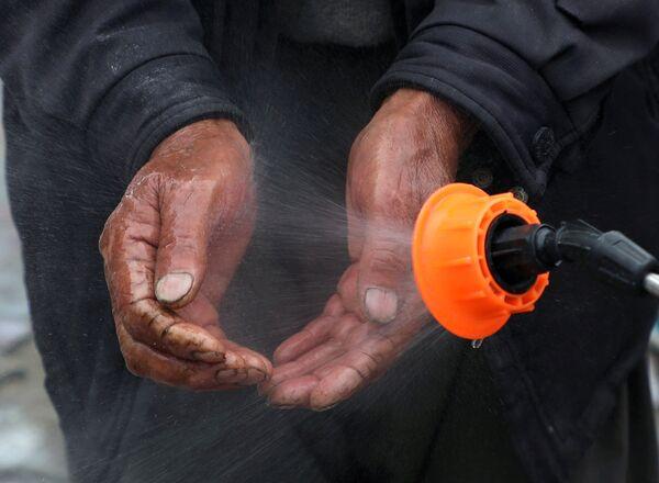 Мытье рук дезинфицирующим средством в Кабуле, Афганистан - Sputnik Таджикистан