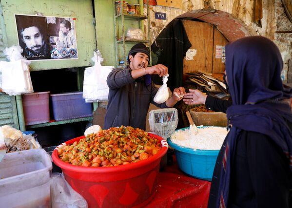Афганский продавец торгует в преддверии священного постного месяца Рамадан в Кабуле, Афганистан - Sputnik Таджикистан