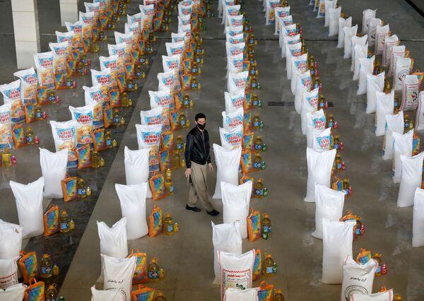 Мешки с бесплатной едой, пожертвованной нуждающимся, в Кабуле, Афганистан - Sputnik Таджикистан