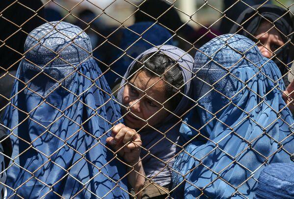Афганские женщины в ожидании выдачи помощи от правительства Афганистана в Кабуле - Sputnik Таджикистан
