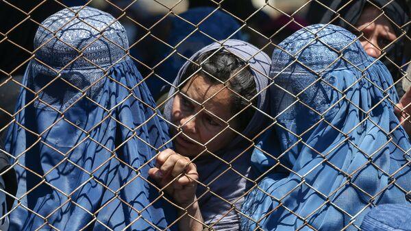 Афганские женщины в ожидании выдачи помощи от правительства Афганистана в Кабуле - Sputnik Тоҷикистон