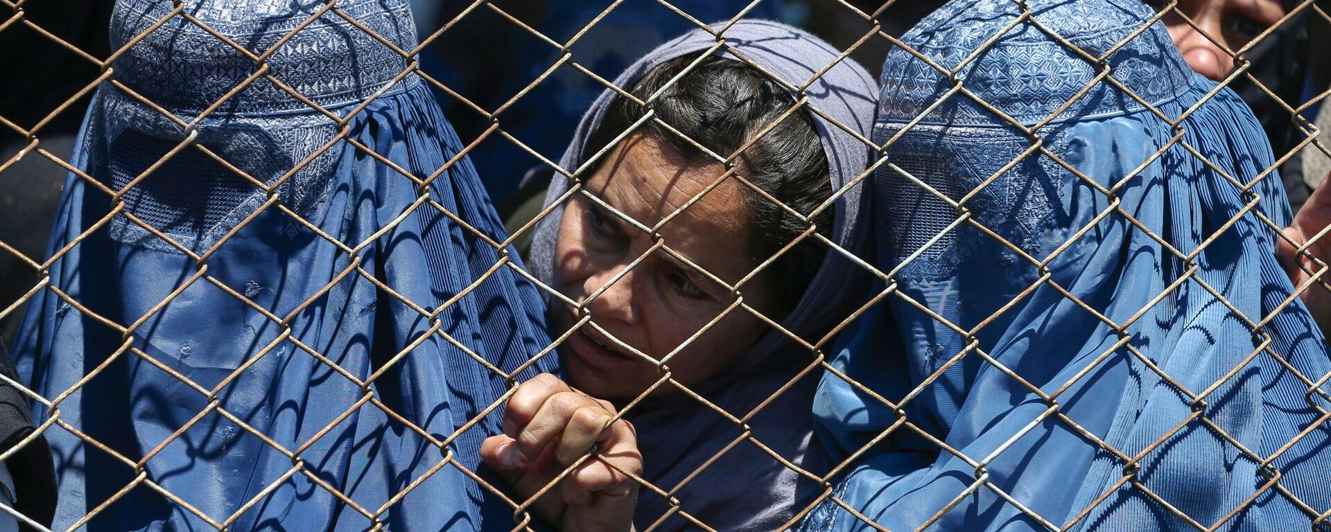 Афганские женщины в ожидании выдачи помощи от правительства Афганистана в Кабуле - Sputnik Тоҷикистон, 1920, 23.09.2021