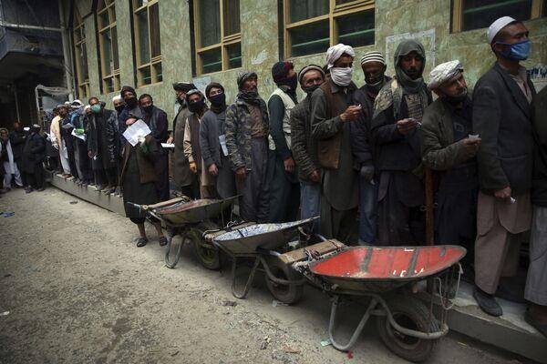 Рабочие в очереди за бесплатным продовольствием в Кабуле, Афганистан  - Sputnik Таджикистан