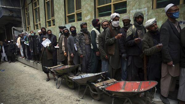 Рабочие в очереди за бесплатным продовольствием в Кабуле, Афганистан  - Sputnik Тоҷикистон