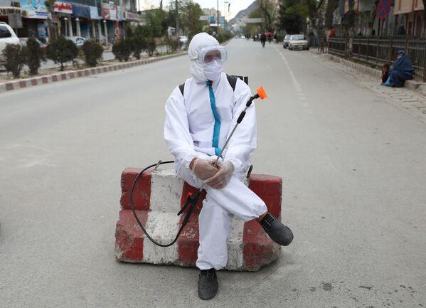 Сотрудник Афганской национальной службы закупок во время дезинфекции улиц в Кабуле, Афганистан - Sputnik Таджикистан