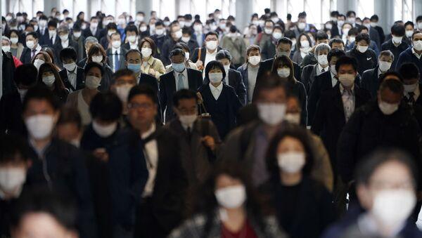 Японские граждане в масках - Sputnik Тоҷикистон