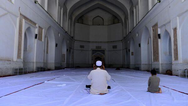 Мусульмане возносят молитвы во время священного для мусульман месяца Рамадан в мечети Джами в Герате, Афганистан - Sputnik Таджикистан