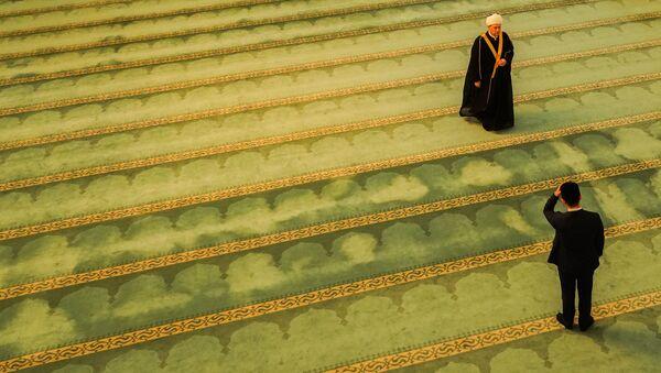 Муфтий Москвы, главный имам Московской соборной мечети Ильдар Аляутдинов совершает намаз в первый день священного месяца Рамадан в Московской соборной мечети - Sputnik Тоҷикистон