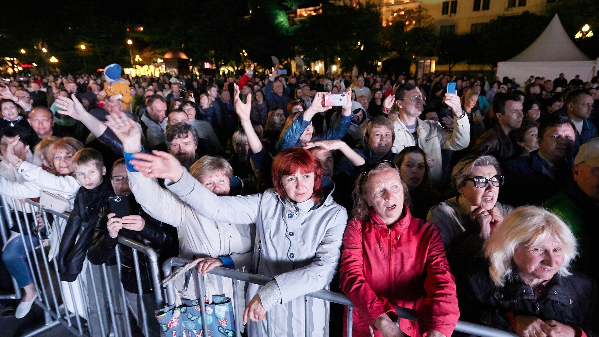 Зрители на концерте в Ялте в 2019 году - Sputnik Тоҷикистон, 1920, 04.10.2021