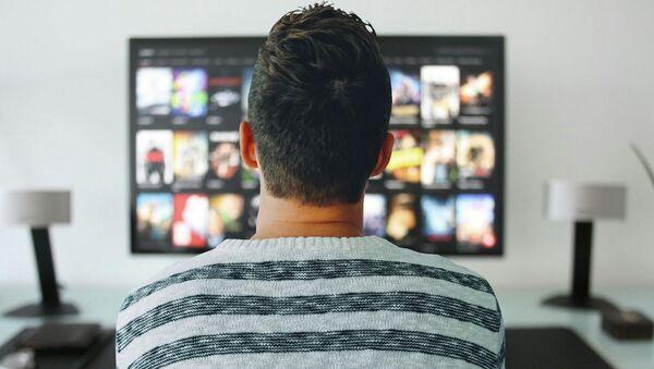 Мужчина смотрит телевизор - Sputnik Тоҷикистон