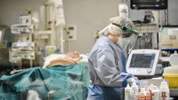 Врачи работают с пациентами Covid-19 в отделении интенсивной терапии - Sputnik Тоҷикистон