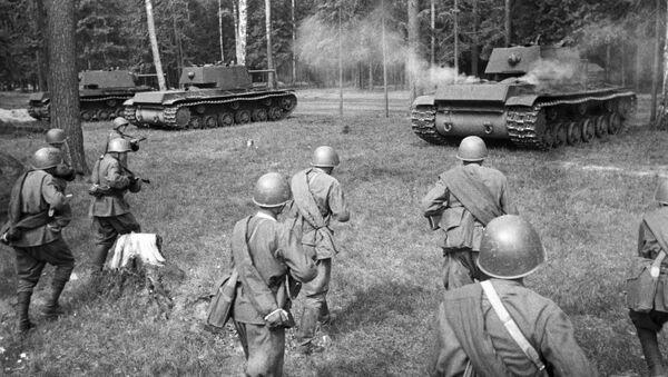 Советские тяжелые танки КВ-1 выходят на позицию для атаки - Sputnik Тоҷикистон
