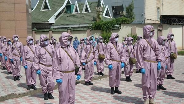 Персонал специальной (уборочной) бригады по дезинфекции  - Sputnik Таджикистан