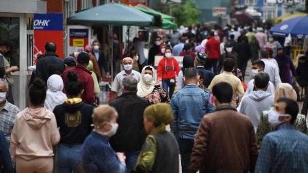 Жители города Душанбе в медицинских масках на улице - Sputnik Тоҷикистон