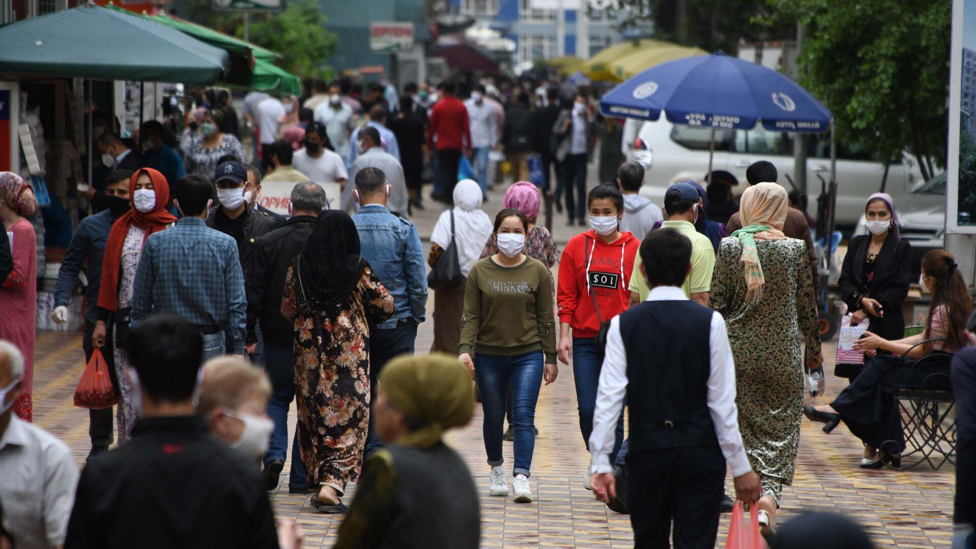 Жители города Душанбе в медицинских масках на улице - Sputnik Тоҷикистон, 1920, 21.08.2021