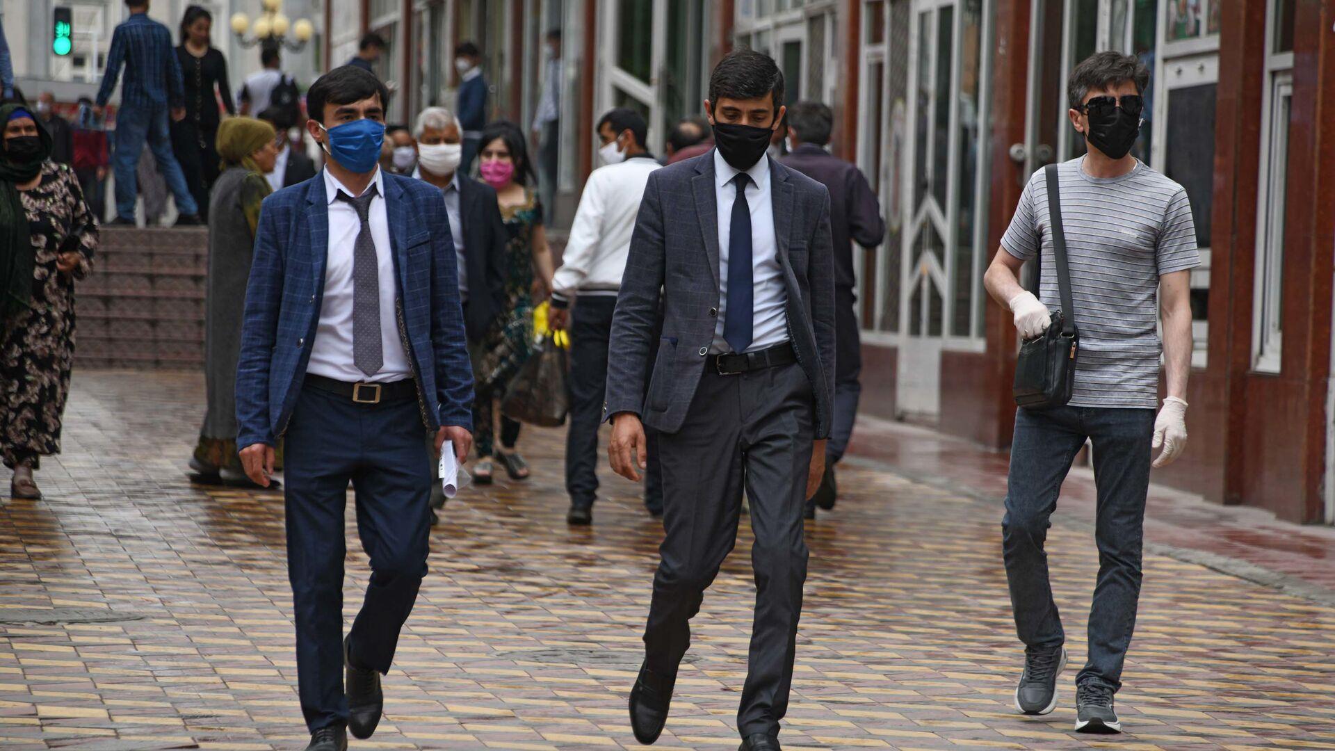 Жители города Душанбе в защитных масках на улице  - Sputnik Таджикистан, 1920, 25.09.2021
