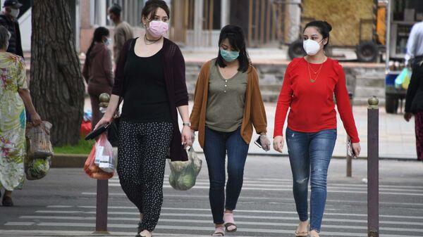 Жители города Душанбе в защитных масках на улице - Sputnik Таджикистан