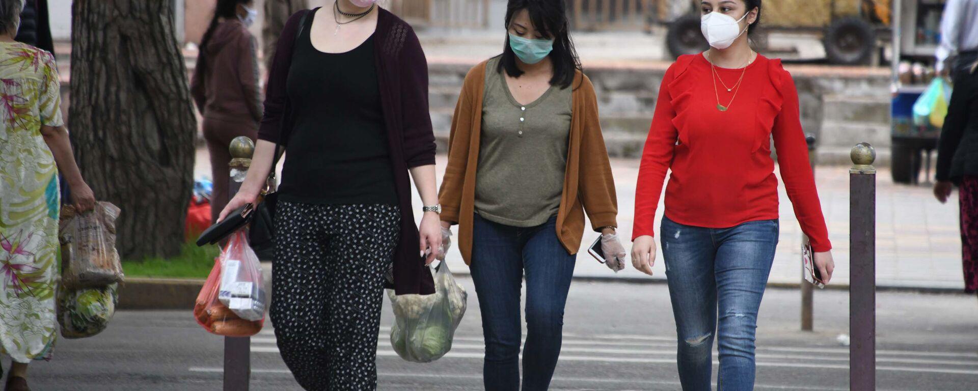 Жители города Душанбе в защитных масках на улице - Sputnik Таджикистан, 1920, 14.09.2021