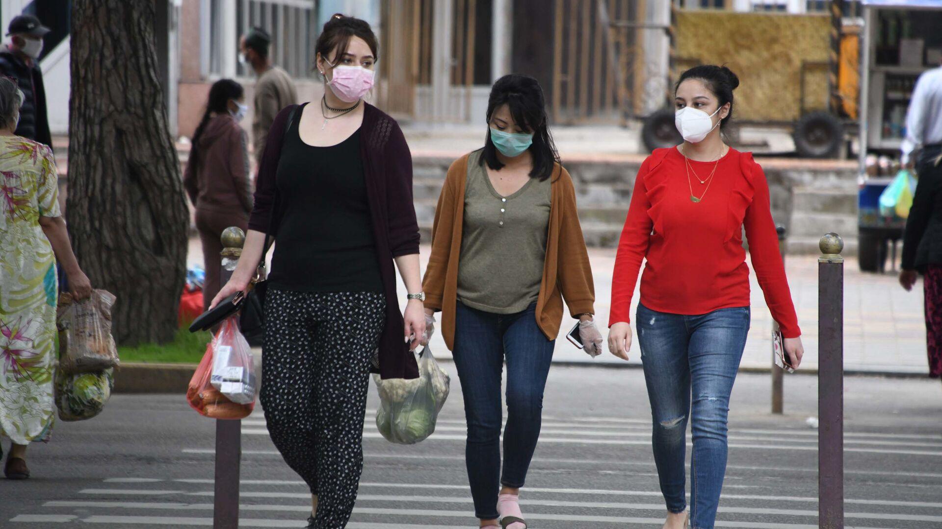 Жители города Душанбе в защитных масках на улице - Sputnik Таджикистан, 1920, 30.09.2021