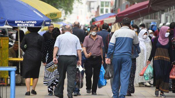 Мужчина в маске на улице в Душанбе - Sputnik Тоҷикистон