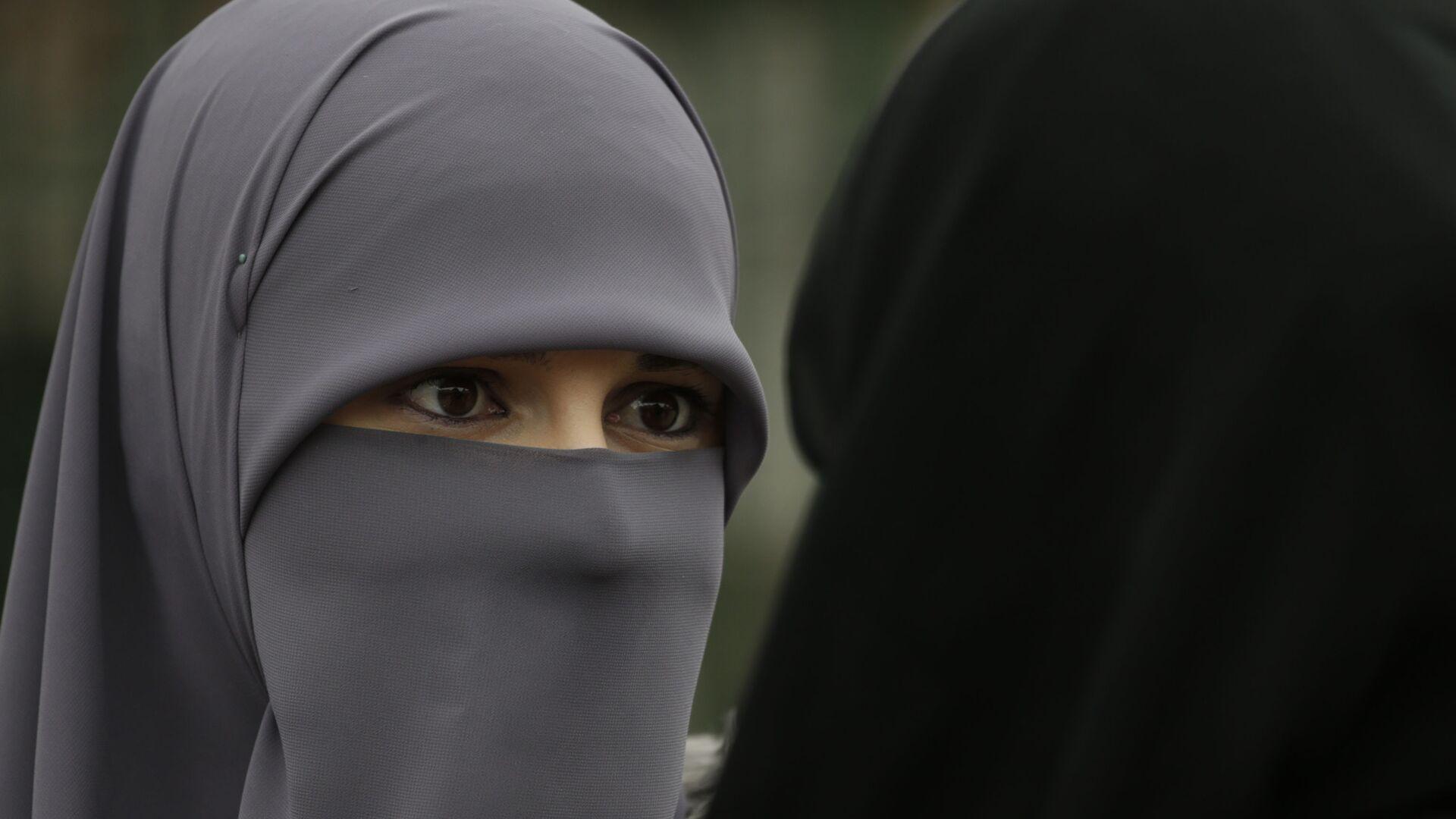 Женщина в хиджабе во Всемирный день хиджаба - Sputnik Таджикистан, 1920, 06.07.2021